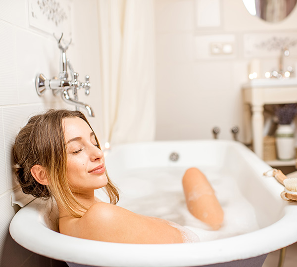 Vagus Haustechnik - Glückliche Frau in Badewanne