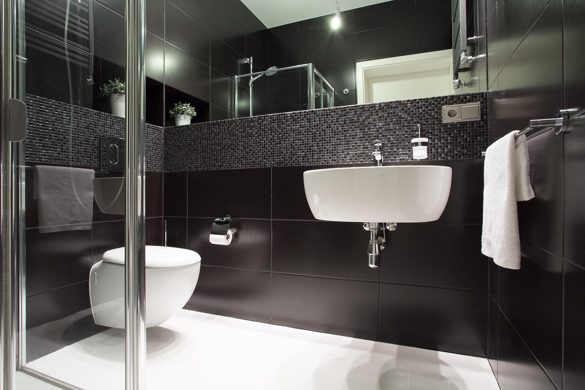 VAGUS HAUSTECHNIK - Badinstallation - modernes Bad mit schwarzen Fliesen