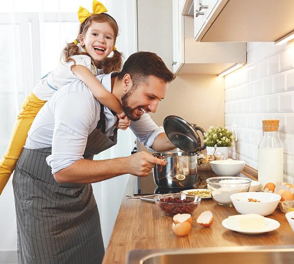 Vagus Haustechnik - Vater und Tochter beim Kochen in der neuen Küche