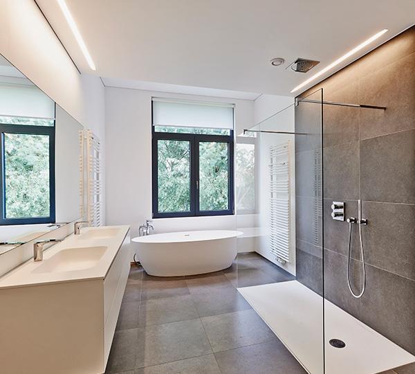 VAGUS HAUSTECHNIK - moderne Badinstallation, freistehende Wanne, bodengleiche Dusche, Waschtisch, Handtuchwärmer Heizkörper