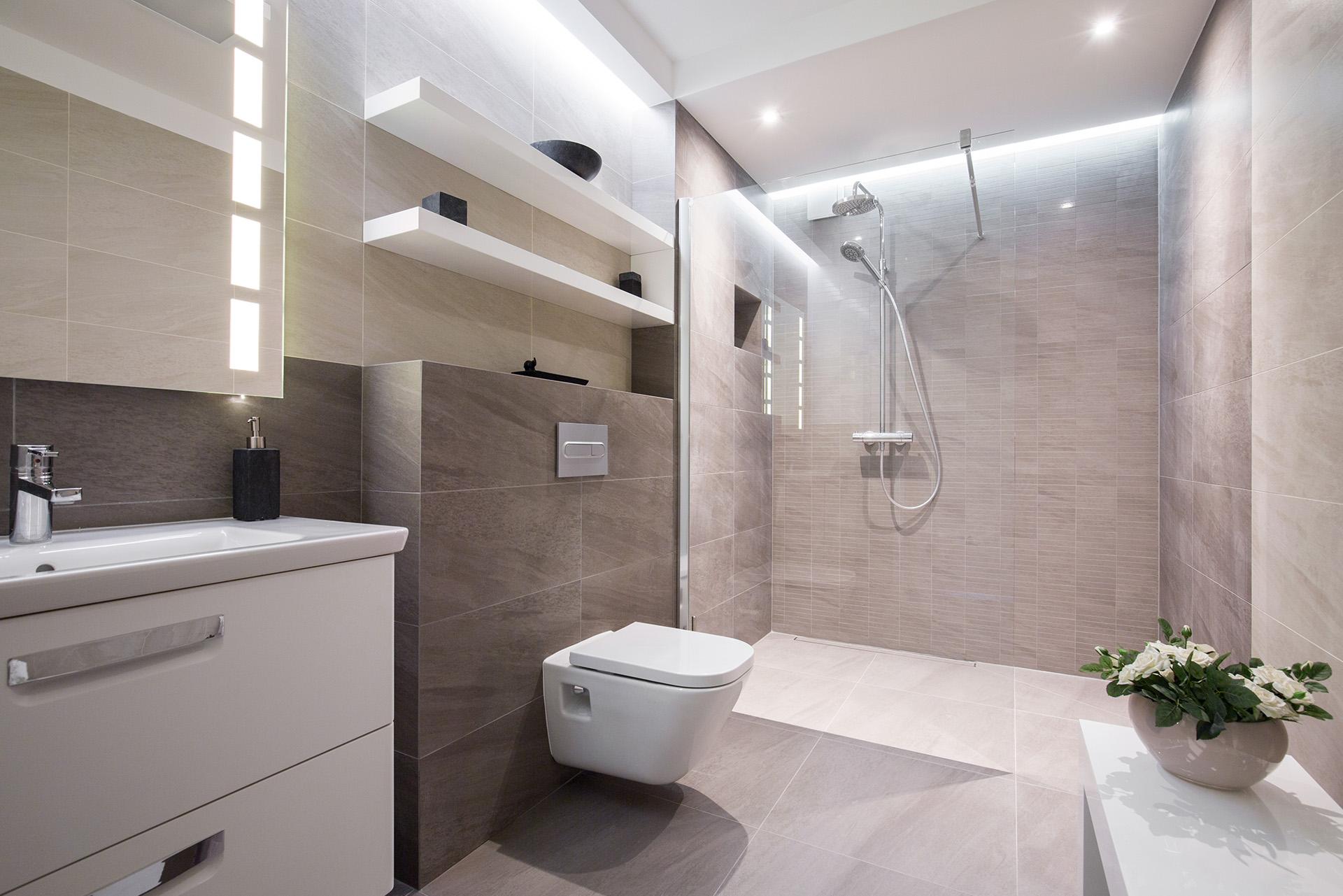 VAGUS HAUSTECHNIK - Modernes helles Badezimmer